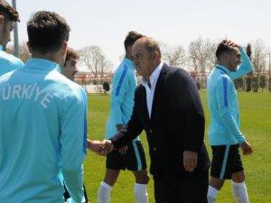Fatih Terim U17 Milli Takımı kampını ziyaret etti
