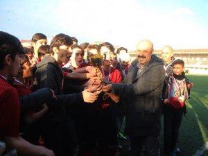 Sarıgazispor Şampiyonluk kupasını aldı