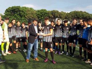İstanbul Kartal Belediyespor kupasını aldı