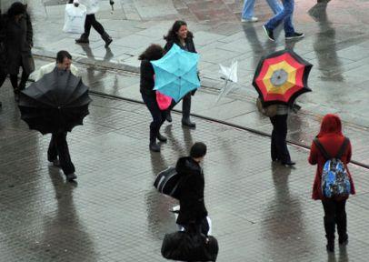 Rüzgar Taksim'i vurdu!