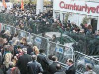 Cumhuriyet Gazetesi binasında destek eylemi
